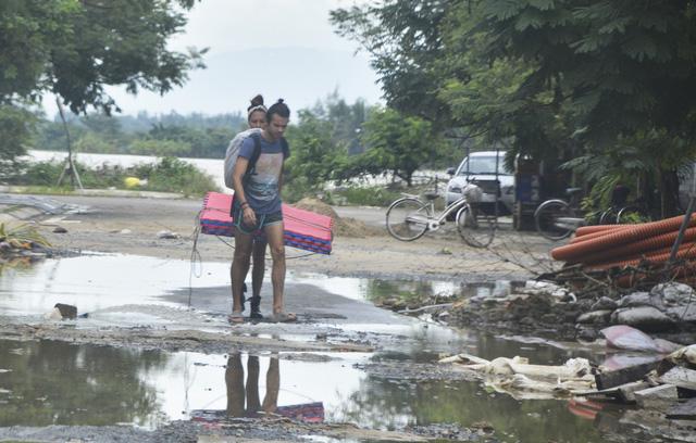 Hội An hối hả dọn bùn sau lũ chuẩn bị APEC - Ảnh 2.