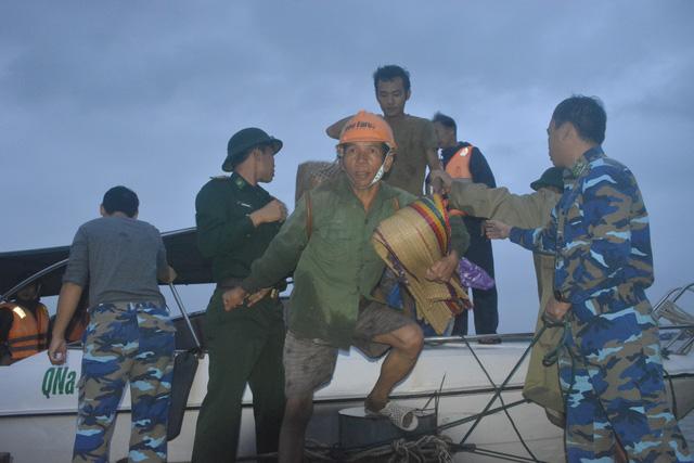 Cứu hộ khẩn cấp 131 công nhân kêu cứu giữa sông Thu Bồn - Ảnh 1.