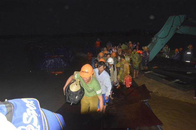 Cứu hộ khẩn cấp 131 công nhân kêu cứu giữa sông Thu Bồn - Ảnh 3.