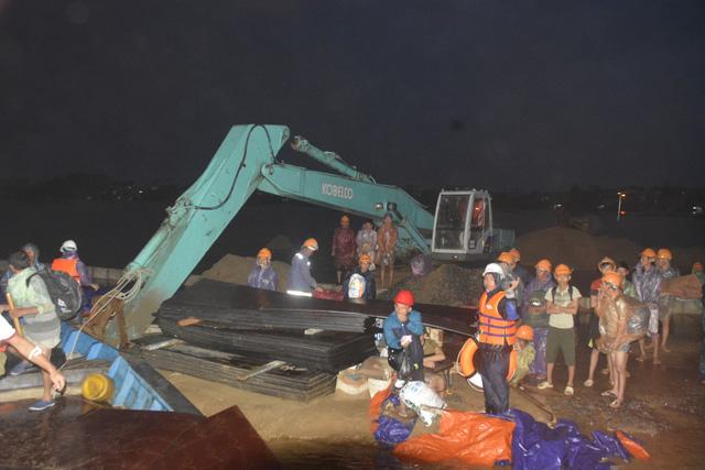 Cứu hộ khẩn cấp 131 công nhân kêu cứu giữa sông Thu Bồn - Ảnh 2.