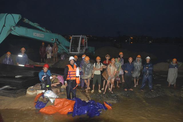 Cứu hộ khẩn cấp 131 công nhân kêu cứu giữa sông Thu Bồn - Ảnh 5.