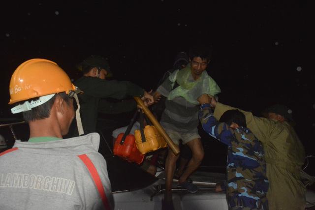 Cứu hộ khẩn cấp 131 công nhân kêu cứu giữa sông Thu Bồn - Ảnh 4.