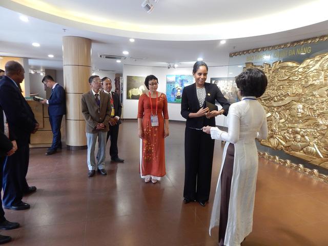 Phu nhân thủ tướng Papua New Guinea thăm Bảo tàng Mỹ thuật Đà Nẵng - Ảnh 5.