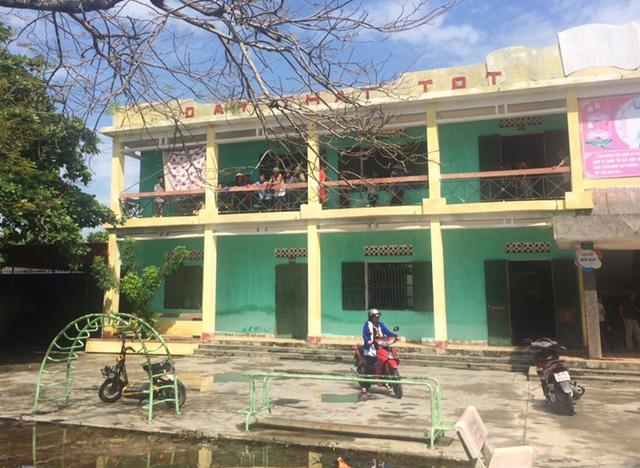 Học sinh lớp 4 tử vong bất thường tại hành lang trường học - Ảnh 1.