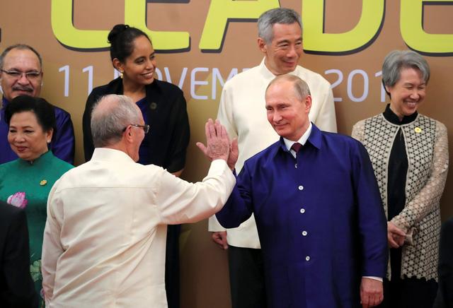 Các lãnh đạo APEC không mặc áo truyền thống APEC chụp ảnh - Ảnh 5.