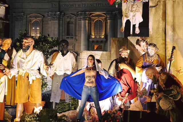 Nhóm nữ ngực trần gây náo loạn đêm Giáng sinh ở Vatican - Ảnh 1.