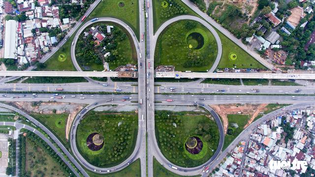 Xe cộ Sài Gòn nhìn từ flycam - Ảnh 2.
