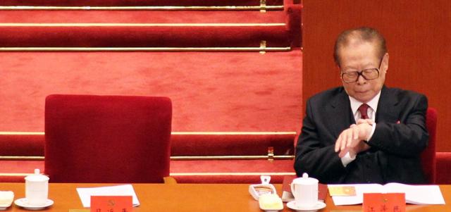 Ông Giang Trạch Dân ngó đồng hồ 10 lần lúc ông Tập phát biểu - Ảnh 2.