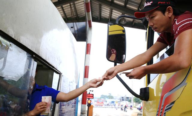CSGT Đồng Nai mời tài xế đưa tiền lẻ tại trạm BOT lên làm việc - Ảnh 1.