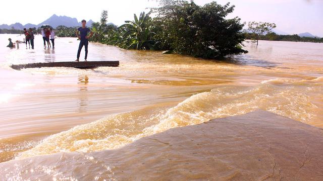 Hà Nội: Đê lở, nước hồi hương ngập trắng - Ảnh 1.