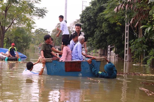 Dân Hà Nội chèo xuồng để đi, thả lưới bắt cá - Ảnh 4.
