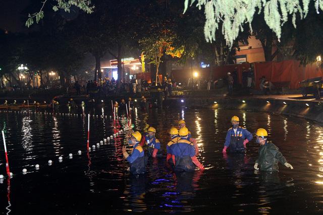 Hàng trăm công nhân nạo vét bùn hồ Gươm xuyên đêm - Ảnh 1.