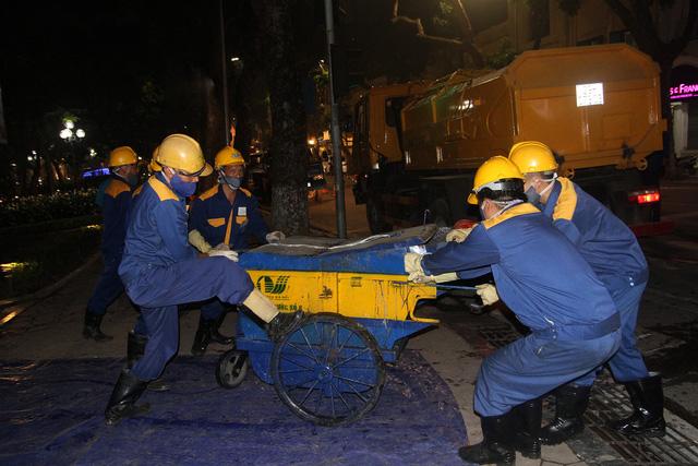 Hàng trăm công nhân nạo vét bùn hồ Gươm xuyên đêm - Ảnh 5.