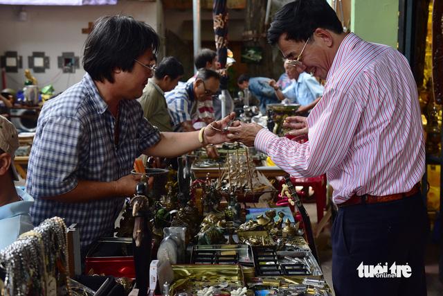 Chợ đồ cổ tấp nập giữa lòng Sài Gòn - Ảnh 8.