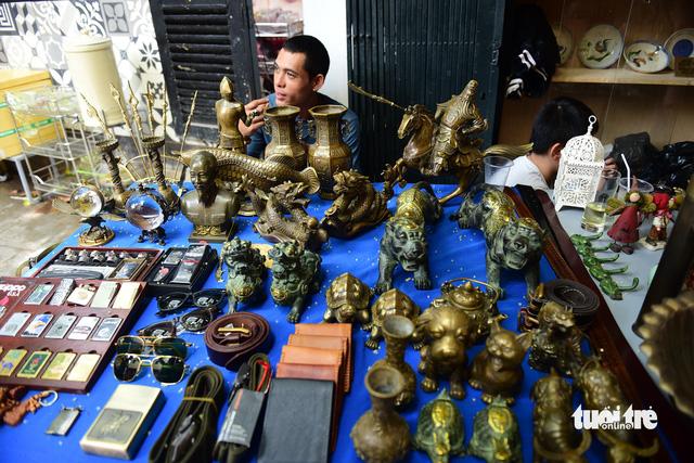 Chợ đồ cổ tấp nập giữa lòng Sài Gòn - Ảnh 12.