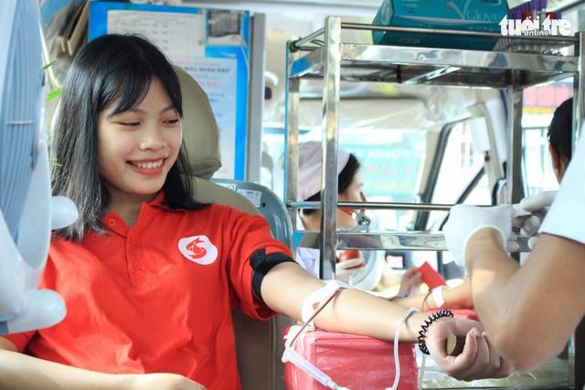 Vừa hiến máu, vừa chụp ảnh phong cách Sài Gòn xưa - Ảnh 2.