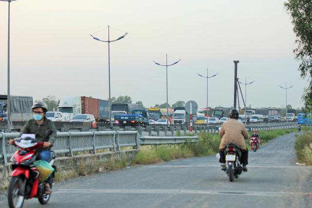 Cao tốc TP.HCM - Trung Lương kẹt cứng, vẫn không xả trạm thu phí - Ảnh 1.