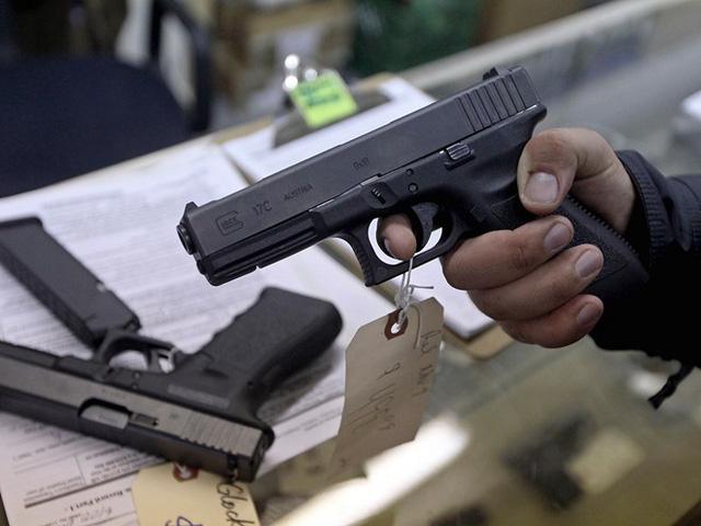 Có khoảng 3 triệu người dân Mỹ mang theo súng hàng ngày - Ảnh 1.