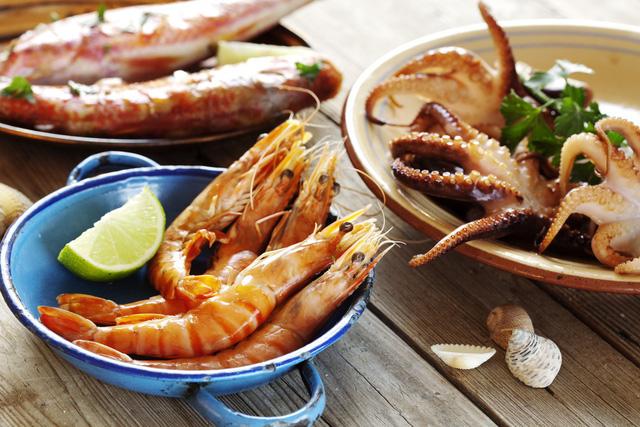 Tại sao một số người ăn hải sản lại dễ bị dị ứng? - Ảnh 1.
