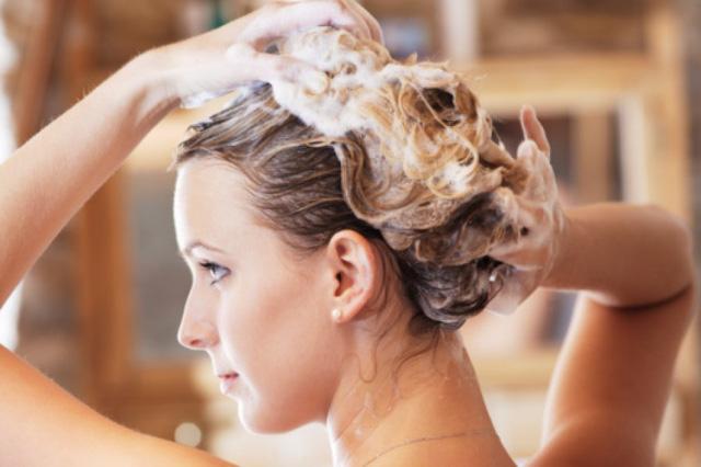Mười hiểu lầm thường gặp về việc chăm sóc tóc của phái đẹp - Ảnh 1.