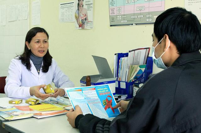BHYT sẽ thanh toán đầy đủ các dịch vụ điều trị HIV/AIDS - Ảnh 1.