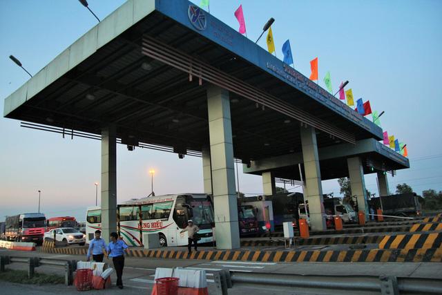 Cao tốc TP.HCM - Trung Lương kẹt cứng, vẫn không xả trạm thu phí - Ảnh 7.