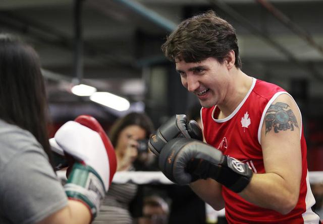 Ý nghĩa hình xăm trên tay thủ tướng soái ca Justin Trudeau - Ảnh 2.