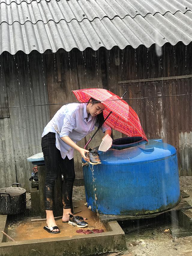 Hoa hậu Đỗ Mỹ Linh kẹt 4 ngày ở Trạm Tấu vì mưa lũ - Ảnh 1.