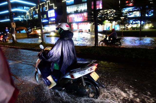 Người Sài Gòn khốn khổ trong đêm mưa ngập nặng nhất mùa - Ảnh 7.
