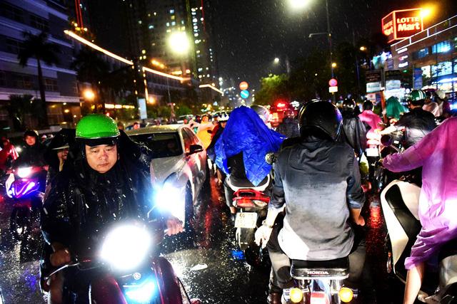 Người Sài Gòn khốn khổ trong đêm mưa ngập nặng nhất mùa - Ảnh 8.