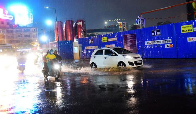Người Sài Gòn khốn khổ trong đêm mưa ngập nặng nhất mùa - Ảnh 9.