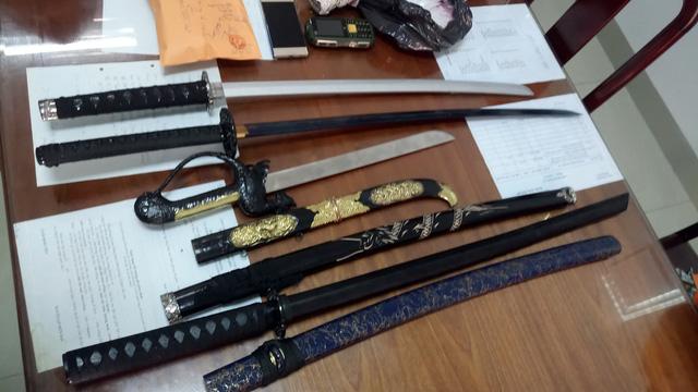 Bắt người lái ôtô chở nửa ký ma túy đá và nhiều dao kiếm - Ảnh 3.