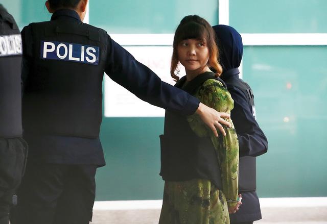 Đoàn Thị Hương bị đưa ra hiện trường ở sân bay Kuala Lumpur - Ảnh 8.