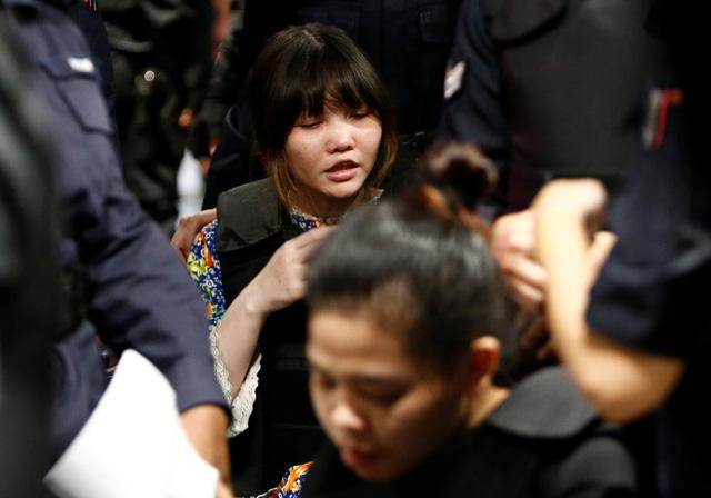Đoàn Thị Hương bị đưa ra hiện trường ở sân bay Kuala Lumpur - Ảnh 1.