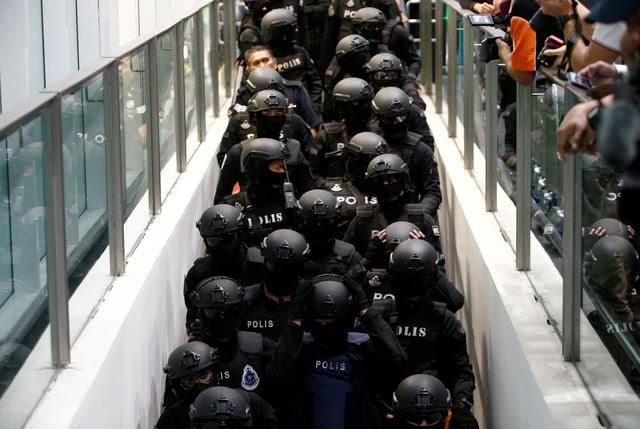 Đoàn Thị Hương bị đưa ra hiện trường ở sân bay Kuala Lumpur - Ảnh 6.