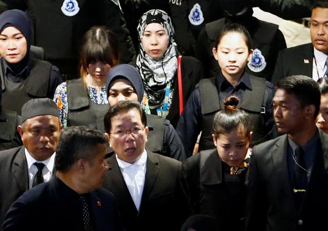 Đoàn Thị Hương bị đưa ra hiện trường ở sân bay Kuala Lumpur - Ảnh 3.