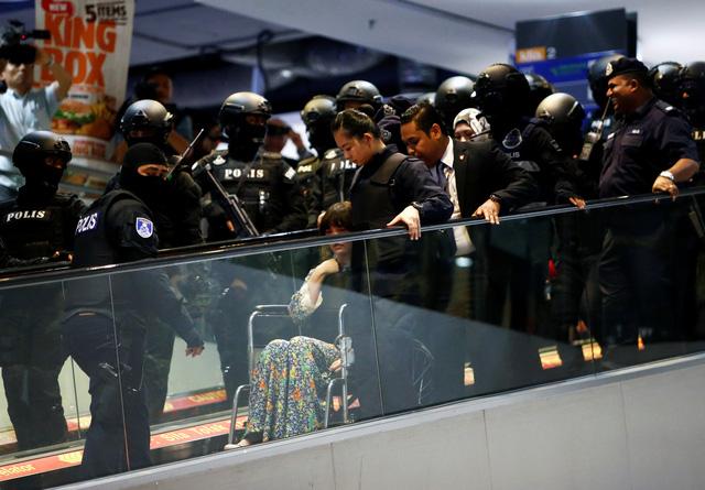Đoàn Thị Hương bị đưa ra hiện trường ở sân bay Kuala Lumpur - Ảnh 4.