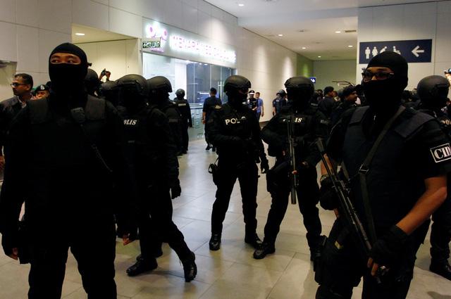 Đoàn Thị Hương bị đưa ra hiện trường ở sân bay Kuala Lumpur - Ảnh 7.