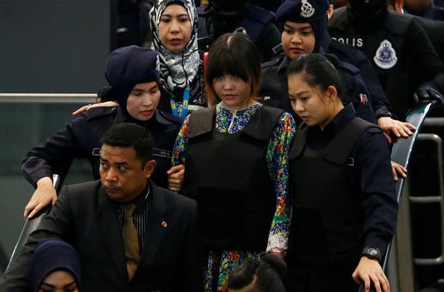 Đoàn Thị Hương bị đưa ra hiện trường ở sân bay Kuala Lumpur - Ảnh 5.