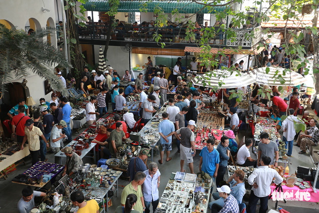 Chợ đồ cổ tấp nập giữa lòng Sài Gòn - Ảnh 2.