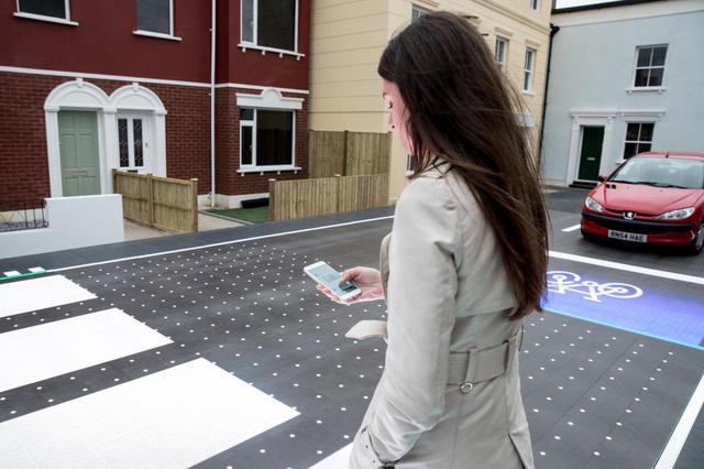 Đường đèn LED giúp người đi bộ an toàn hơn - Ảnh 1.