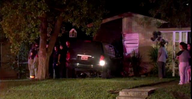 """Ngôi nhà """"xui xẻo"""" bị xe hơi đâm vào hai lần chỉ trong một tuần - Ảnh 1."""
