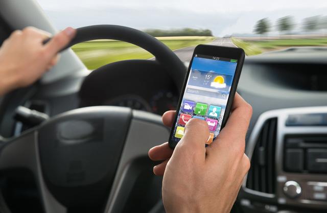 Xe càng hiện đại, người lái càng mất tập trung - Ảnh 1.