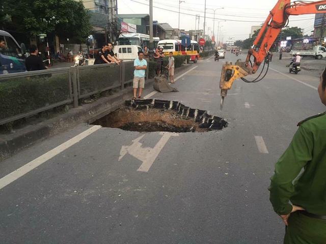 Hố tử thần xuất hiện giữa quốc lộ 18 tại Quảng Ninh - Ảnh 1.