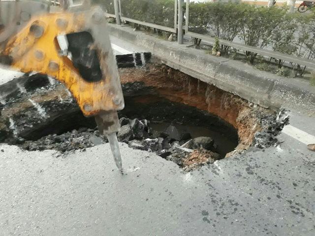 Hố tử thần xuất hiện giữa quốc lộ 18 tại Quảng Ninh - Ảnh 4.