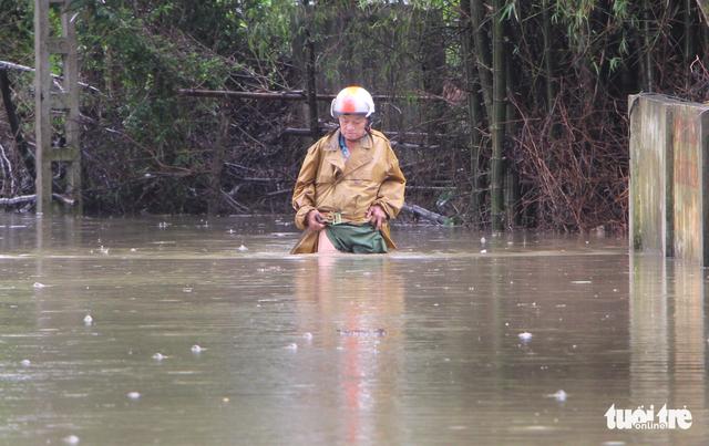 Nước sông Lam dâng nhanh, dân hối hả chạy lụt - Ảnh 2.