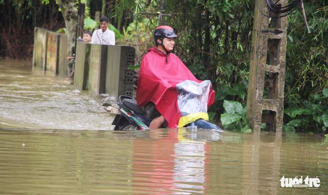 Nước sông Lam dâng nhanh, dân hối hả chạy lụt - Ảnh 3.