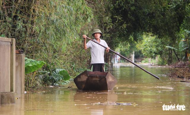 Nước sông Lam dâng nhanh, dân hối hả chạy lụt - Ảnh 4.