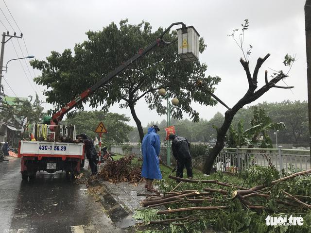 Bão mạnh khủng khiếp: Khánh Hòa, Phú Yên hàng ngàn nhà bay nóc, nhiều người mất tích - Ảnh 4.