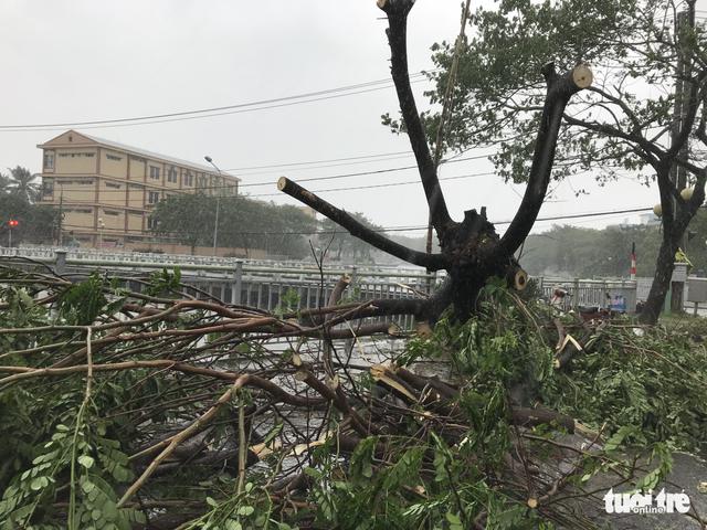 Bão mạnh khủng khiếp: Khánh Hòa, Phú Yên hàng ngàn nhà bay nóc, nhiều người mất tích - Ảnh 2.